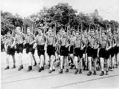 FDJ marschiert mit Karabiner