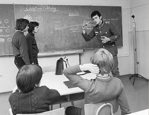 Schießausbildung, durchgeführt von einem Unteroffizier der NVA in einer DDR Schule (1975).