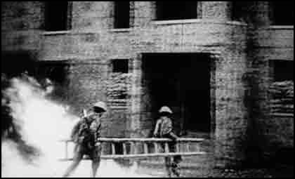 NVA-Soldaten bei Häuserkampfübungen
